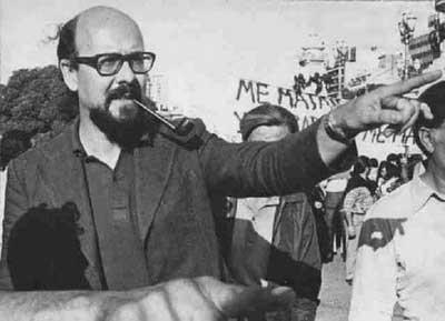 Ortega Peña en una de tantas luchas de trabajadores que apoyaba