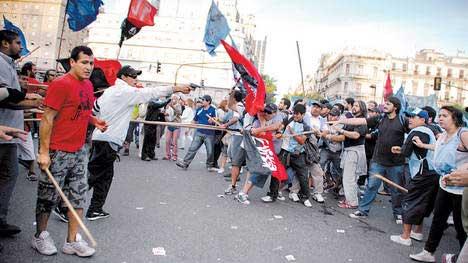 Revólver. Desde el sector del kirchnerista Movimiento Evita amenazan a los opositores de Libres del Sur, el sábado en 9 de Julio y Avenida de Mayo.